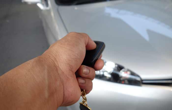 鍵と自動車の写真